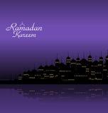 Ramadan Kareem Night Background con la mezquita y los alminares de la silueta Imagen de archivo