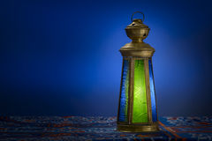 Ramadan Lantern sobre azul