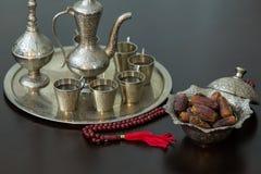 Ramadan pojęcie: Daty, zam zam woda i różaniec na brązu stole, Obrazy Royalty Free