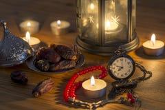 Ramadan pojęcie z kieszeniowym zegarkiem, datami, różanem, lampionem i datami, obraz stock