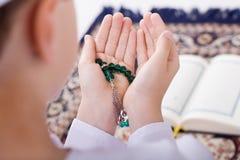 Ramadan portret - Mały Muzułmański dzieciak robi duaa (modlenie Wszystko Obrazy Royalty Free