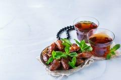 Ramadan ramazan kareem Tradycyjna arabska herbata z mennicą i datami Zdjęcia Royalty Free