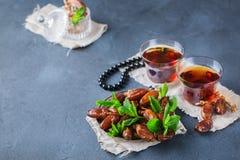 Ramadan ramazan kareem Tradycyjna arabska herbata z mennicą i datami Fotografia Royalty Free