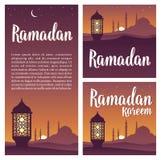 Ramadankareembokstäver med lampan, minaret, halvmånformig, stjärna i himmel royaltyfri illustrationer