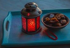 Ramadanlamp- och datumstilleben fotografering för bildbyråer
