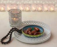 Ramadanlamp- och datumstilleben arkivfoto