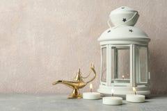 Ramadanlantaarn met Aladdin Lamp en kaarsen op grijze lijst royalty-vrije stock afbeeldingen