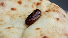 Ramadanmaaltijd: dadelpalm ond het brood Stock Afbeelding