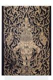 Ramakien表现大象乘驾三头木雕刻的sclupture在天堂森林中间的 图库摄影
