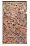 Ramakien表现男性和女性守护天使木雕刻的sclupture在白色隔绝的天堂森林中间 库存照片