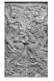 Ramakien表现男性和女性守护天使石雕刻的sclupture在白色隔绝的天堂森林中间 库存图片