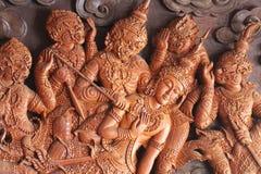Ramakien表现, Rama故事荣耀木雕刻的sclupture在天堂森林中间的  免版税库存照片
