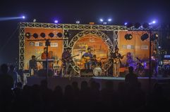 RAMAKRISHNA ΠΑΡΑΛΙΑ, VISHAKHAPATNAM/ΙΝΔΊΑ - 31 ΔΕΚΕΜΒΡΊΟΥ 2017: Ζήστε απόδοση στη σκηνή κατά τη διάρκεια του διάσημου γεγονότος φ στοκ εικόνα