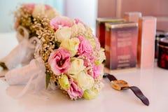 Ramalhete agradável do casamento na cama imagem de stock royalty free