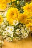 Ramalhete amarelo dos crisântemos Fotos de Stock Royalty Free
