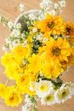Ramalhete amarelo e branco dos crisântemos Fotos de Stock