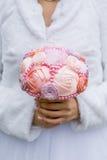 Ramalhete artificial do casamento nas mãos da noiva Imagem de Stock