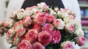Ramalhete bonito da flor com as rosas do rosa e as brancas video estoque