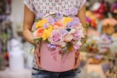 Ramalhete bonito da flor na caixa redonda com tampa fotografia de stock