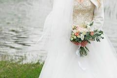 Ramalhete bonito da noiva verão no rio imagens de stock royalty free