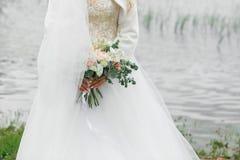 Ramalhete bonito da noiva verão no rio fotos de stock