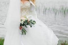 Ramalhete bonito da noiva verão no rio imagens de stock