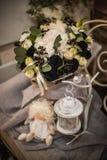 Ramalhete bonito da rosa brilhante do branco e da decoração preta Fotos de Stock