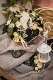 Ramalhete bonito da rosa brilhante do branco e da decoração preta Foto de Stock Royalty Free