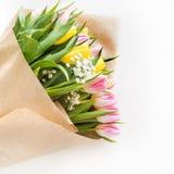 Ramalhete bonito da tulipa cor-de-rosa e amarela no branco Fim acima imagem de stock