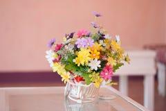 Ramalhete bonito das flores na cesta branca Imagem de Stock