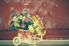 Ramalhete bonito das flores na cesta branca na tabela Imagens de Stock Royalty Free