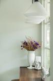 Ramalhete bonito das flores no vaso de flores cerâmico brilhante branco na tabela de madeira rústica no canto da sala de visitas  foto de stock royalty free