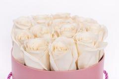 Ramalhete bonito das rosas na cesta isolada Imagem de Stock