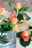 Ramalhete bonito das rosas no vidro na tabela de madeira, f seletivo Fotos de Stock