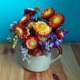 Ramalhete bonito de flores coloridas do outono fotos de stock