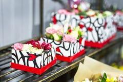 Ramalhete bonito de flores frescas em umas caixas Conceito do serviço do florista Conceito varejo e bruto da loja de flor do cort fotografia de stock royalty free