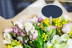 Ramalhete bonito de flores frescas Placa pequena para o texto Conceito do serviço do florista Conceito varejo e bruto da loja de  imagem de stock
