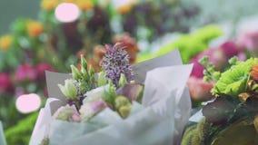 Ramalhete bonito de flores românticas O foco move-se do primeiro plano para o fundo E filme