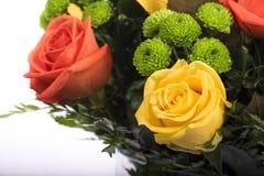 Ramalhete bonito de muitas flores coloridas com as rosas na parte superior Imagem de Stock Royalty Free