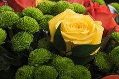 Ramalhete bonito de muitas flores coloridas com as rosas na parte superior Imagem de Stock