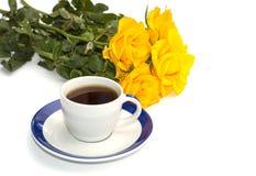 Ramalhete bonito de rosas amarelas e de xícara de café, isolado Fotos de Stock