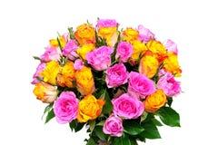 Ramalhete bonito de rosas frescas em um fundo branco Fotos de Stock