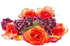 Ramalhete bonito de rosas vermelhas com cravos imagens de stock