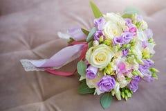 Ramalhete bonito do casamento do lugar branco, cor-de-rosa e ultravioleta das flores para o texto imagens de stock