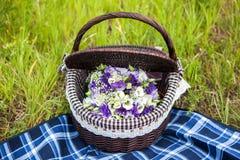 Ramalhete bonito do casamento na cesta Imagens de Stock