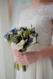 Ramalhete bonito do casamento nas mãos da noiva Fotos de Stock Royalty Free