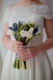 Ramalhete bonito do casamento nas mãos da noiva Fotografia de Stock Royalty Free