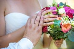 Ramalhete bonito do casamento nas mãos dos noivos imagem de stock
