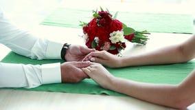 Ramalhete bonito do casamento nas mãos dos noivos video estoque