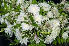 Ramalhete dos crisântemos brancos para a decoração wedding do carro fotos de stock royalty free